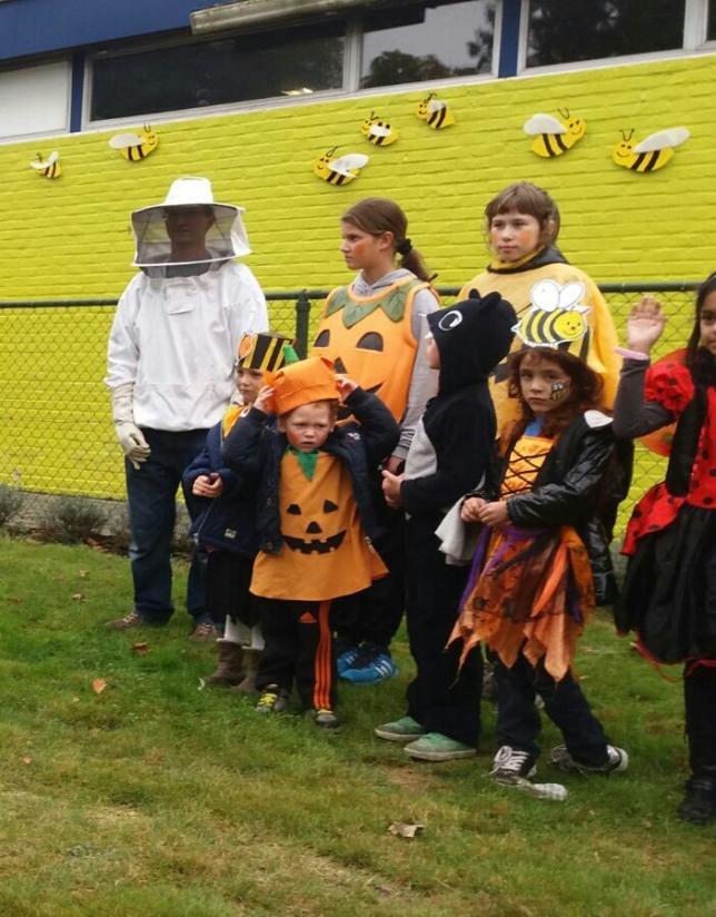 officiële opening van de tuintjes en bijenkorf in de kijker zetten!
